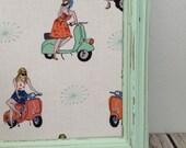 Tableau d'affichage aimanté recouvert de tissu madames en scooter mint pour mémo photos affichage organisation bureau décoration murale