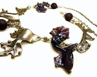 Collier tour de cou perles filées au chalumeau aubergine et bronze blanc d'aspect argent ancien