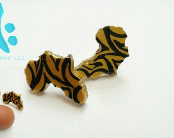 Africa stud earring handpainted gold with black lines