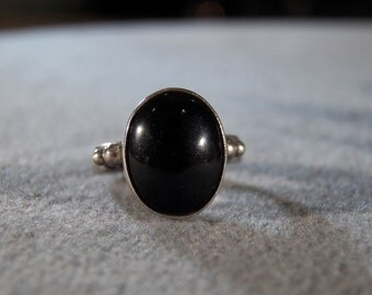 Vintage Sterling Silver Onyx Ring with Decorative Band, size 5 1/2 Jewelry **RL