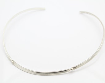 Contoured Collar Necklace with Twist Detail in Solid Sterling Silver. [10605]