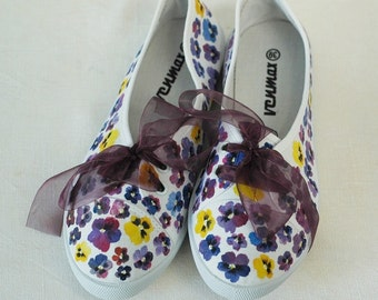 Hand-painted canvas shoes with pansies US size 7,5 UK size 5,5