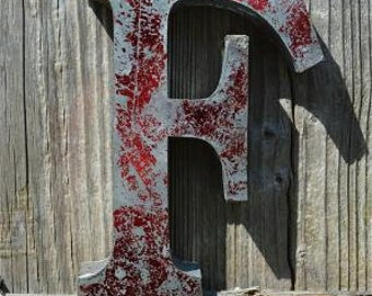 Medium vintage style 3D red letter F
