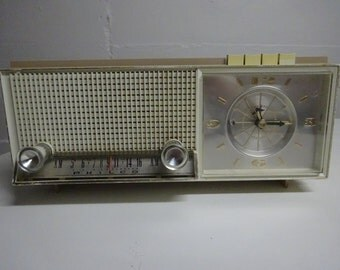Vintage Beige & White 1950's Philco AM Tube Clock Radio    FREE SHIPPING