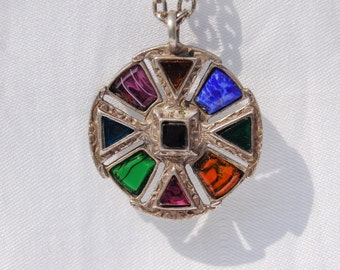 Stunning Vintage Pendant with chain.