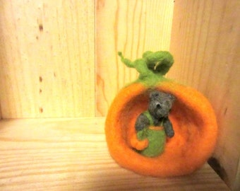 Needle felted mouse and his pumking