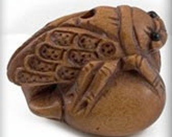 Hand carved boxwood cicada on peach ojime bead. 18x22mm. Pkg. of 1. B7-WO204(e)