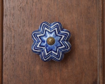 Zig-Zag Ceramic Drawer Knobs in Blue and White With Brass Toned Hardware and Scalloped Edges, Bathroom Knobs, Desk Drawer Knobs