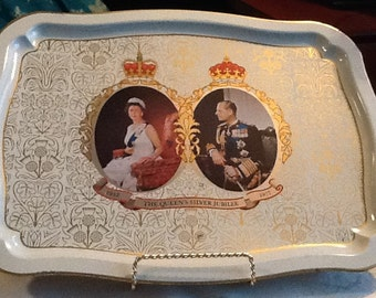 Vintage ( c.1977) Commemorative metal serving tray celebrating Queen Elizabeth's Silver Jubilee in 1977.  Features QE II and Prince Philip.