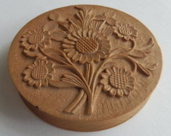 Wooden little box with a romantic sculpted bouquet of flowers. French vintage