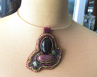 ras embroidered necklace of Golden neck