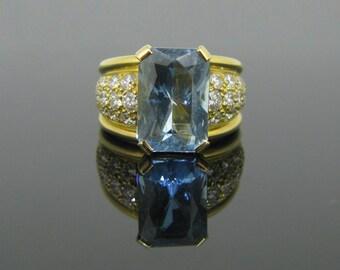 4.90ct Aquamarine ring adorned with diamonds, 18kt gold