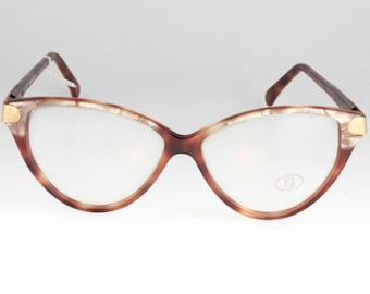 Outstanding vintage Fendi glasses with bicolor havana and mother of pearl cello frame, sophisticated cat eye design made in Italy