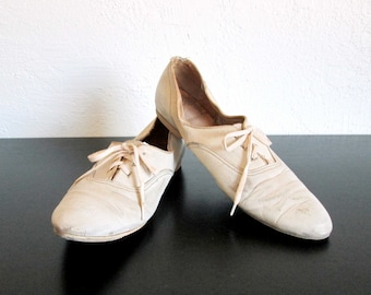 AMF Women's Distressed White Bowling Shoes- Great Display Item!