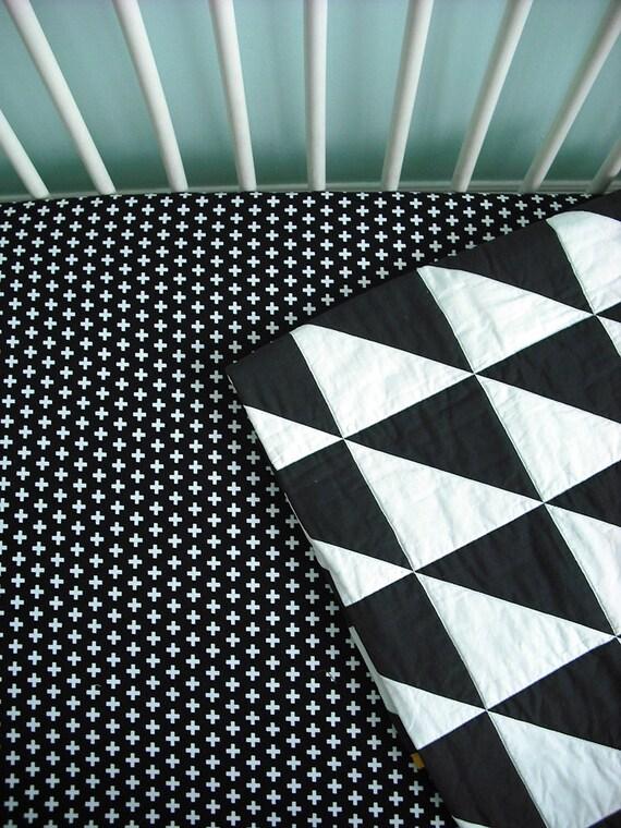 Moderne b b lit drap housse en noir et blanc croix suisse for Drap housse traduction