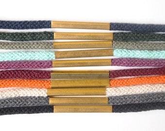 bracelet simple et minimaliste avec tube de laiton carré et breloque / choisissez votre couleur