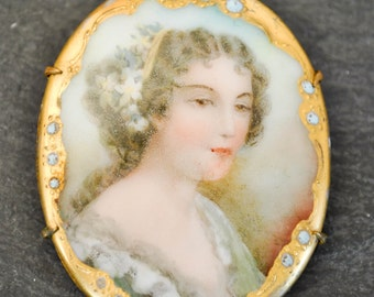 VINTAGE FRENCH PORTRAIT pendant. Hand painted brooch.