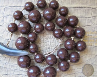 Great Plastic Bead Necklace with Tribal Faux Horn Toggle Clasp. Brown Neutral Go w/ Everything 4-Season Fashion Costume Bead Graduating Size