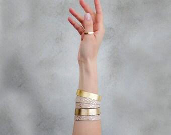 2 Rose Gold Lederarmbänder, Pastell Armband Geschenk-Set, geprägtes Leder Manschette, metallische Stapeln Armband, umlaufende Armbänder