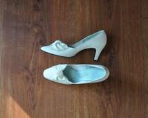 60s white vegan pumps / 1960s faux leather heels / vintage bow shoes 7