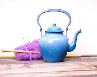 Petite bouilloire en métal émaillé bleu en ty and die, blue kettle, Frenchvintagecharm