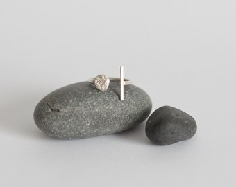 Sterling silver minimalist and organic ring combining an architectural line facing an organic structure, slightly adjustable