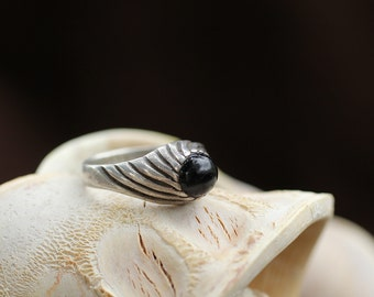 Vintage Sterling Silver Ring / Black Onyx Thump Ring / size (8.5)