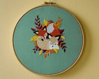 Wall art / hoop art - foxes cuddling on autumn leaves embroidery - 23 cm / 9 in