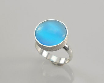 This exquisite ring features a beautiful  Cat's Eye Crafted silver