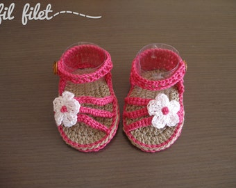 Crochet sandals for baby with flower