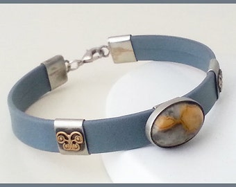 soft gray leather bracelet,decorated with authoring sliders, agate cabochon.