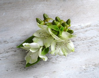 Bridal hair accessory White flower clip White wedding fascinator White and green Wedding hair clip Green and white hairpiece Floral hair