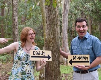 """Pregnancy Announcement Signs Photo Prop. Two (2) Signs """"MOMMY"""" & """"DADDY"""" with Arrows. Tell the world there's a baby on the way!"""