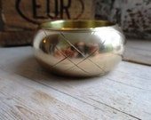 VINTAGE Gladde super brede messing bangle armband met gekruist patroon