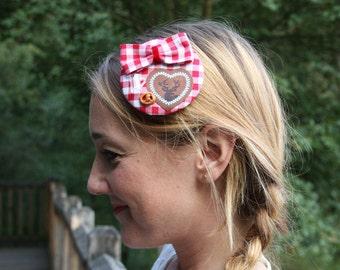 kleiner Fascinator Oktoberfest rot-weiß kariert mit Brezel, Maßkrug und Herz mit Hirsch