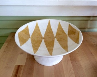 Geometric-patterned pie stand