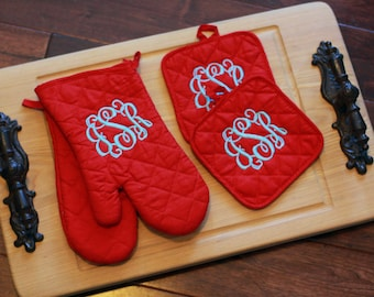 Personalized potholder and oven mit set. Monogrammed kitchen decor. Monogram Oven Mitt.
