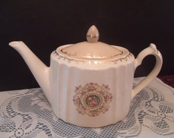 Vintage Vanity Fair Tea Pot Harmony from the 40's, (# 543/19 )