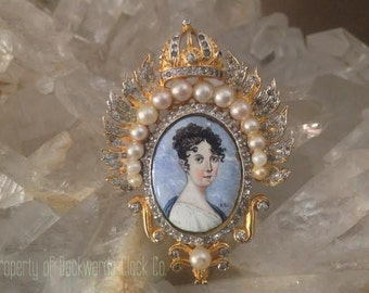 Rare Designer Signed Nettie Rosenstein Cameo Portait Brooch Pin Crown & Pearl Motif Vintage