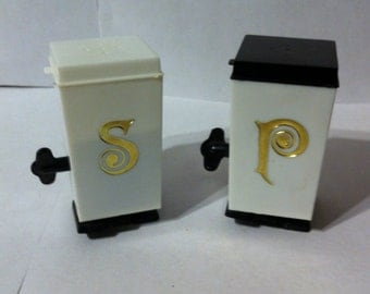 Free Shiping! 1970's Retro Wind-up Salt and Pepper Shakers