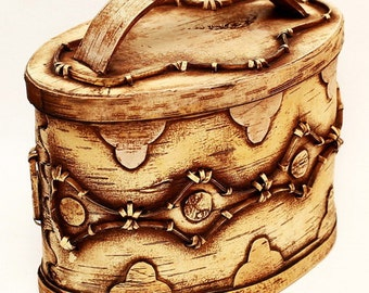 Breadbasket of birch bark with the natural pattern