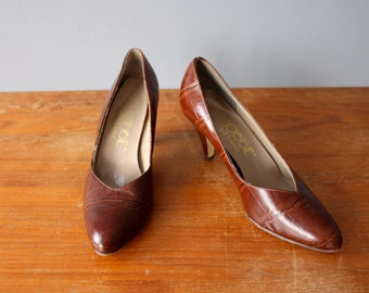 vintage 70s pumps 7.5 / rust brown leather pumps / reptile texture heels