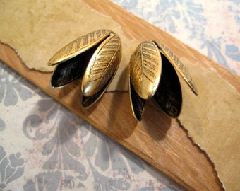 14mm Etched Grande Leaf Bead Caps from Nunn Design in Antique Gold - 2 Count