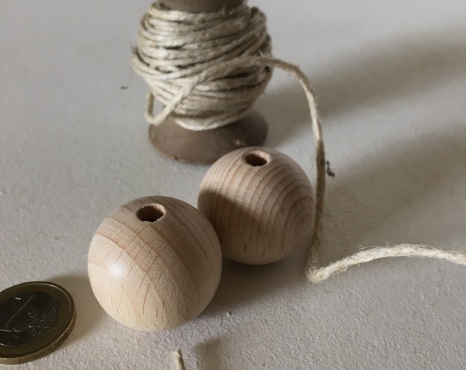 Set of 2 beautiful wooden beads, polished, 30 mm for macramé.