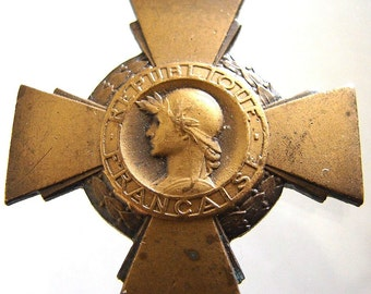 1930 FRANCE CROSS MEDAL French decoration of the Combatant Commemorative bronze medal and Ribbon