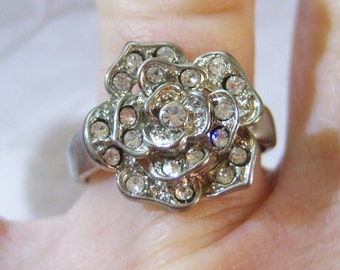 vintage silver tone flower ring with lots of clear rhinestones size 8 1215C