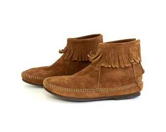 Vintage 1980s Childs Size 4 Shoes / 80s Suede Minnetonka Moccasin Ankle Boots VGC / Caramel Brown Suede, Fringe Accents
