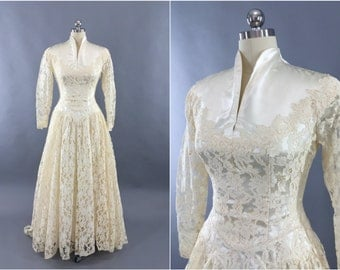 Vintage 1950s Wedding Dress / Ivory Lace Wedding Gown / 50s Vintage Wedding / Grace Kelly / Size XS S