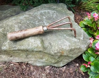 Vintage Garden Tool Metal Claw Cultivator Aerator Hand Rake RUSTY Steel Weathered Wood, Rustic Farmhouse Potting Shed