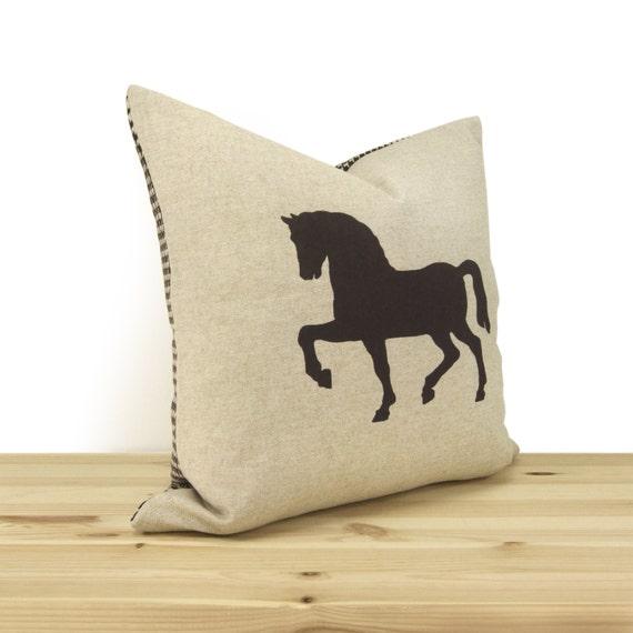 housse de coussin cheval imprim la main en brun beige. Black Bedroom Furniture Sets. Home Design Ideas